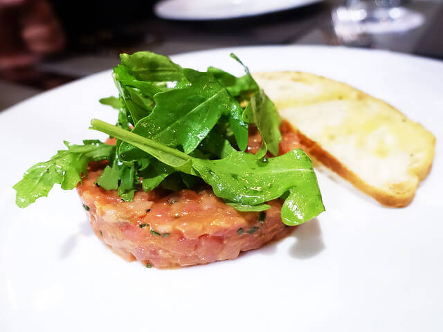 意大利Fassone牛肉他他配火箭菜($158) Fassone Beef Tartare with bruschetta and rocket salad
